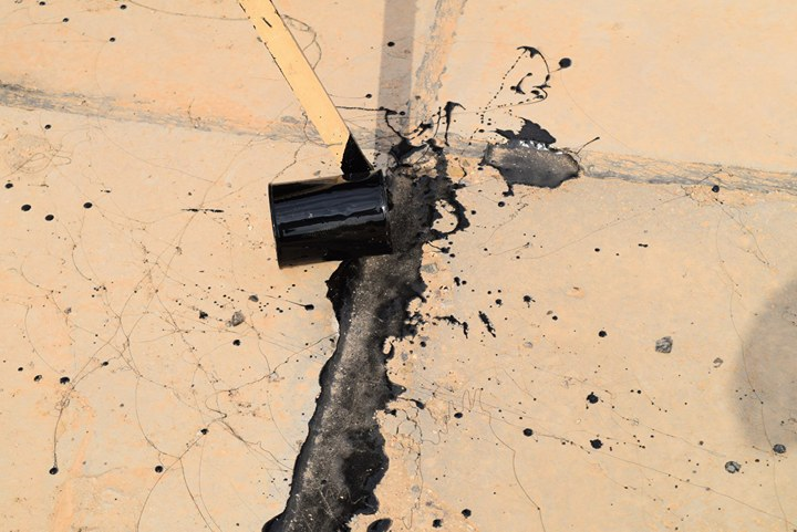 شعبة الصيانة في كلية الطب البيطري تنجز اعمال الصيانة في سطح البناية