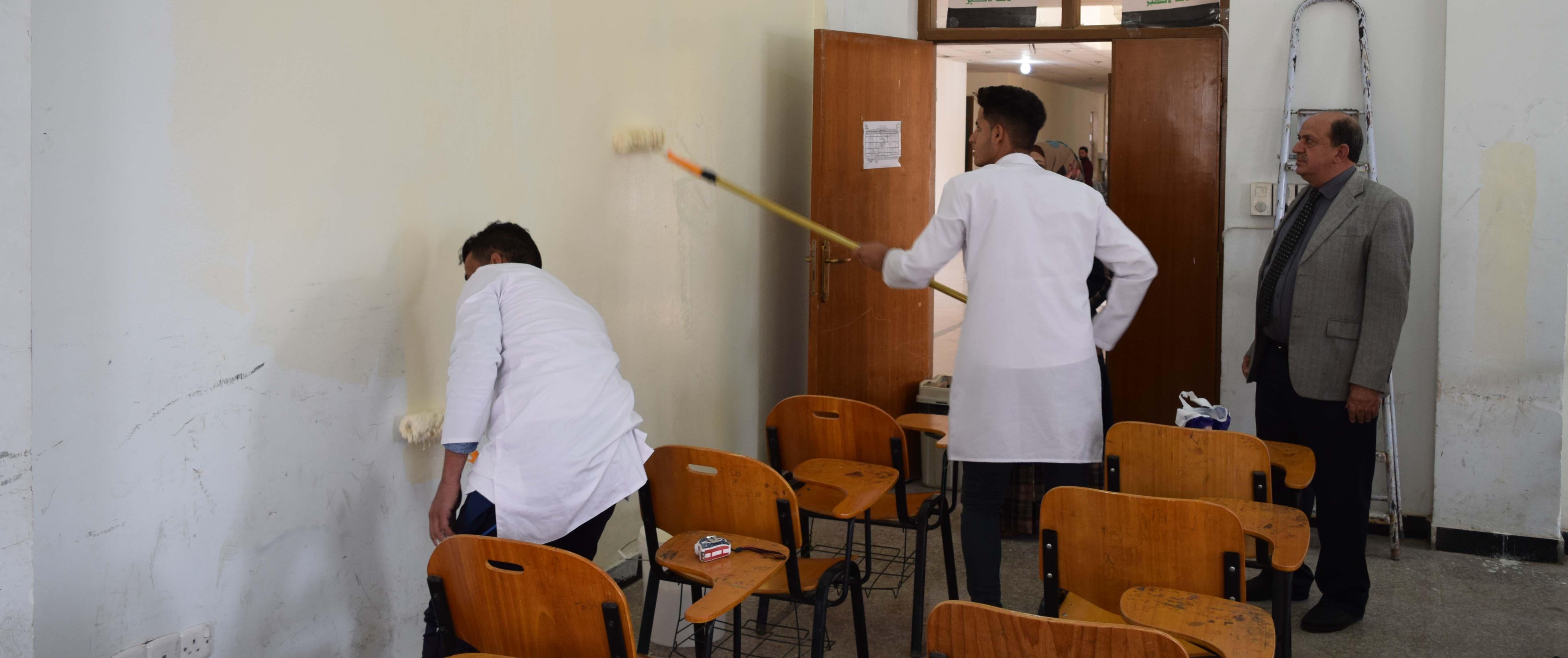 مبادرة طلابية بصبغ قاعة دراسية للمرحلة الأولى